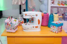 Máquina de costura em decoração de espaço para festa Lalaloopsy