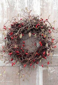 Winterkranz mit feurigen Hagebutten - Decoration For Home Wreaths And Garlands, Xmas Wreaths, Autumn Wreaths, Noel Christmas, Winter Christmas, Christmas Crafts, Deco Floral, Arte Floral, Art Floral Noel