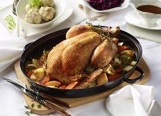 Festtagspute mit Apfel-Thymian-Füllung zu Rotkohl und Semmelknödeln Xmas Dinner, Food And Drink, Turkey, Yummy Food, Delicious Recipes, Thanksgiving, Cooking, Christmas, Dish