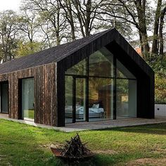 one-story family house in czech republic by ateliér kunc is covered with charred larch Das einstöckige Familienhaus in der. Modern Barn House, House Paint Interior, Shed Homes, House In The Woods, House Painting, Exterior Design, Future House, Building A House, Architecture Design
