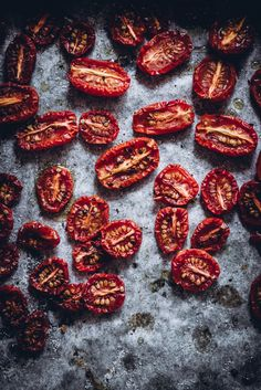 Uunikuivatut kirsikkatomaatit Vegan Recipes, Cooking Recipes, Food Crush, Antipasto, Food Photo, Food Inspiration, Grilling, Food And Drink, Keto