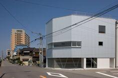 今回ご紹介するのはガルバリウム鋼板を用いたモダンなアトリエのある住まい。一級建築士事務所シンクスタジオが手掛けたこちらの…
