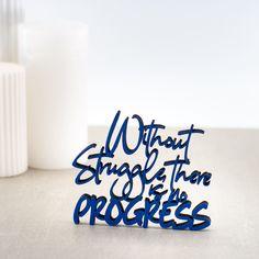 """Der 3D Schriftzug """"Without a struggle there is no progress"""" – ein ganz individuelles Geschenk für einen besonderen Menschen in Deinem Leben, ein persönliches Dekorationsstatement oder einfach ein schöner Spruch. Mindfulness Quotes, Statements, Montage, Wooden Signs, Decorative Items, Unique Gifts, Etsy Shop, 3d, Motivation"""
