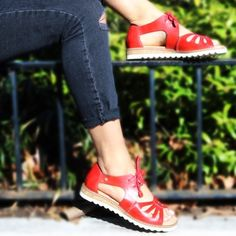 We are loving this color in the sun!!! #Pikolinos #sandals #springfashion #womensfashion #shopeslavida #wherepamperedsolesgo #eslavidany @pikolinos_shoes
