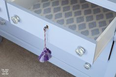 Lining Dresser Drawers - Home Furniture Design Lining Dresser Drawers, Fabric Drawers, Diy Shows, Chalk Paint Furniture, Furniture Design, Do It Yourself Home, Decorating On A Budget, Interior Decorating, Layout