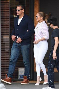 Bеѕѕу biker mоtо jасkеt - nude page- 29 Jennifer Lopez Outfits, Jennifer Lopez Photos, J Lo Fashion, Look Fashion, Chic Outfits, Summer Outfits, Fashion Outfits, Looks Camisa Jeans, White Jeans Outfit