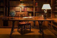 pairing art and interior : old world library {bibliothèque} World Library, Library Room, Dream Library, Cozy Library, Bookshelf Desk, Bookshelves, Desktop Hd, Style Anglais, Ideas