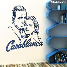 'Casablanca' es una película en blanco y negro del año 1942. Magistralmente protagonizada por Humphrey Bogart e Ingrid Bergman. Un drama de amor repleto de luchas interiores de cada personaje. No sólo por su guión y uno de los finales más famosos ha pasado a la historia. También nos dejó frases míticas como 'Louis, creo que este es el principio de una gran amistad', 'Tócala, Sam. Toca 'el tiempo pasará' o 'Siempre nos quedará París'.
