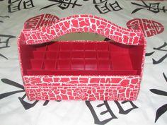 Produzida com muito carinho para uma de nossas clientes, esta linda cesta de esmaltes é uma ótima opção para presentear suas entes queridas tais como...Amigas, primas, filhas,etc.... <br> <br> <br>É uma otima opção para deixar seus esmaltes mais organizados, não só seus esmaltes mas também com uma linda gaveta que vem embutida, serve como utilitario para guardar acetona, lixas, alicates, etc . <br> <br>Agradecemos a todas (os) clientes pela confiança e credibilidade que depositam em nossa…