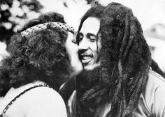 Bob Marley getting kissed by a New Zealand Maori woman who did a traditional dance to welcome him to her country during his 1978 world tour. Actually they rubbed noses not kiss. Skip Marley, Marley And Me, Bob Marley Legend, Reggae Bob Marley, Bob Marley Pictures, Famous Legends, Marley Family, Robert Nesta, Nesta Marley