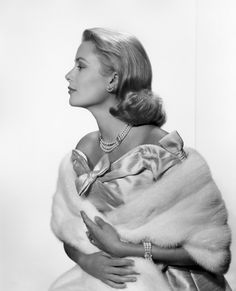 As the V&A opens it's Grace Kelly: Style Icon exhibition, VOGUE.COM celebrates the fashion, style and biography of Grace Kelly, the Princess of Monaco. Hollywood Glamour, Classic Hollywood, Old Hollywood, Hollywood Stars, Princesa Grace Kelly, Yousuf Karsh, Patricia Kelly, Famous Portraits, All Black