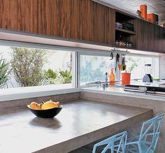 Vocação múltipla. Na cozinha, a bancada de Corian que apoia pia e fogão é sustentada por tampos de concreto que se ligam à mesa. O conjunto,...