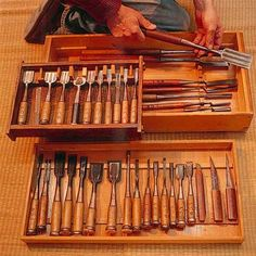 The Old-Fashioned Japanese Wood Working Design Japanese Woodworking Tools, Japanese Tools, Antique Woodworking Tools, Woodworking Furniture Plans, Antique Tools, Old Tools, Router Woodworking, Woodworking Ideas, Japanese Chisels