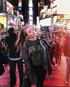 Kisses from New-York 🇺🇸 New York City Pictures, New York Photos, Fashion Poses, Nyc Fashion, Korean Photoshoot, Nyc Pics, Nyc Christmas, Girl Outfits, Cute Outfits