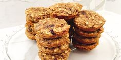 BANANA DATE BREAKFAST COOKIES I hesitate to use the word cookies and breakfast in the same sentence, but really these little (or big) nuggets are healthy enough for an on-the-go breakfast. Diabetic Cookies, Diabetic Recipes, Sugar Free Oatmeal, Freezer Desserts, Date Cookies, How To Eat Better, Best Breakfast Recipes, Breakfast Cookies, Oatmeal Cookies