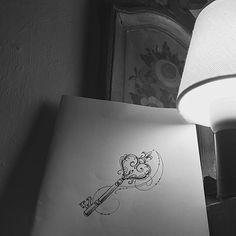 Inspirado pela arquitetura rustica da pousada , lembrei que alguem ai me pede uma chave direto !!! Entao esta ai o rascunho d uma chave !!! Orçamentos 27 999805879 (estaremos respondendo o whats a partir de segunda feira) #kadutattoo #design #desenho #chave #sketch #rascunho #drawn #arabescos