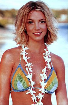 Britney Spears Beach hair is possible with shorter styles. Britney Spears Outfits, Britney Spears Pictures, Britney Spears Young, Britney Spears Oops, 90s Hairstyles, Hairstyles With Bangs, Short Choppy Hair, Short Hair Styles, Divas