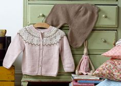 De stumpede bukser er nemme at strikke, for de er nærmest lige op og ned Baby Knitting Free, Kids Knitting Patterns, Knitting For Kids, Crochet For Kids, Baby Patterns, Knit Crochet, Shrug Cardigan, Baby Cardigan, Baby Barn