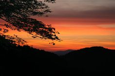 Western North Carolina has some amazing sunsets! Mountain City, Mountain Cabins, Mountain Vacations, Smoky Mountains Cabins, Blue Ridge Mountains, Great Smoky Mountains, Ashville Nc, Picture Places, Amazing Sunsets