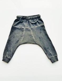 Chicos pantalones.  Niños Harem.  Niños enfríen pantalones.  Urbano de moda infantil.  Chicos pantalones.  Tallas: 3M y 8Y solamente.  En Venta