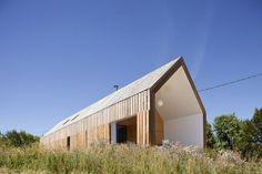 Tvar domu je daný vonkajšou líniou typickej sedlovej strechy s dvomi štítmi.