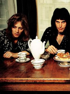 Roger Taylor and Freddie Mercury 'ave a cuppa tea an' a slice a cake . Brian May, John Deacon, Queen Photos, Queen Pictures, I Am A Queen, Save The Queen, Stevie Nicks, Fleetwood Mac, Rolling Stones