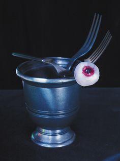 Recette de yeux globuleux (Litchis farcis aux bleuets et aux cerises) de Ricardo. Recette de dessert pour enfants qui fera sensation à l'Halloween avec litchis, bleuets, griottes, gélatine...