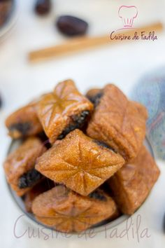 Makrout aux dattes et au miel – cuisine de Fadila – The Best Arabic sweets and desserts recipes,tips and images Gourmet Recipes, Cookie Recipes, Snack Recipes, Dessert Recipes, Arabic Sweets, Arabic Food, Morrocan Food, Tunisian Food, Algerian Recipes