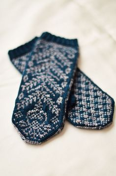 Pattern: Prickly Thistle Mittens by SpillyJane Yarn: Wollmeise Pure in Maus jung and Moses WD