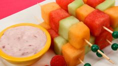 Melon Kabobs with Creamy Berry Dip - Kids snacks Strawberry Cake Recipes, Fruit Recipes, Snack Recipes, Yummy Recipes, Healthy Recipes, Food 101, After School Snacks, School Lunches, Good Food