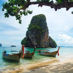 It's always a good day to think about #Railay a piece of Heaven fell in #Thailand! In questo angolo di mondo ho trascorso tre dei giorni più indimenticabili della mia vita un sogno tra mare e cielo dove la terra spunta qua e là per donare colore e scorci suggestivi che sembrano usciti da un quadro. Railay è il mio Paradiso in terra! [link al post --> http://ift.tt/1kooMbh ]