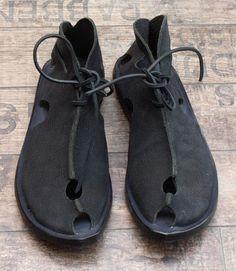 cydwoq - Schuhe CONVERGE black - Sommer 2015 - stilecht - mode für frauen mit format... Bohemian Shoes, Witch Shoes, Felt Shoes, Funky Shoes, Shoes World, Vegan Shoes, Mens Fashion Shoes, T Strap Sandals, Huarache