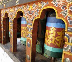 Gebetsräder werden gedreht, um Mantren aufzusagen. Foto: Doris Bhutan, Stuck, Photos, Offering Prayer