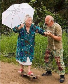 Elderly Couples Prove You're Never Too Old To Have Fun ❤️ Old couples having fun - too cute!❤️ Old couples having fun - too cute! Couples Âgés, Vieux Couples, Elderly Couples, Cute Old Couples, Goofy Couples, Couples Images, Young Couples, Growing Old Together, Never Too Old
