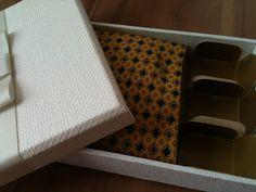 caixa com gravata e docinhos