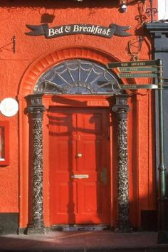 Puerta acceso a uno de los numerosos B irlandeses