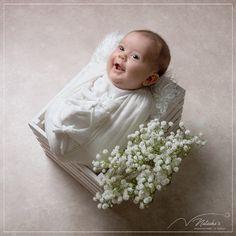 Pour fêter l'arrivée de cette petite princesse, ses parents ont réalisé une séance photo dans notre studio à Saint Maur des Fossés dans le Val de Marne. Girls Dresses, Flower Girl Dresses, Saint, Parents, Studio, Wedding Dresses, Flowers, Little Princess, Photo Shoot