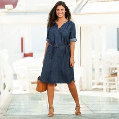 La robe en jean Isabella® est un incontournable du dressing féminin, à adopter sans contrainte ! Winter Dresses, Parka, Fashion Dresses, Grisaille, Bikini, Shirt Dress, Casual, Shirts, Dressing