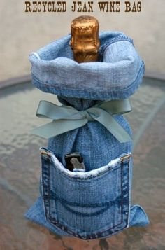 I think it's safe to say that you own at least 1 pair of denim jeans, right? Unfortunately, those jeans won't last forever. So here are 33 cool ways to reuse those denim jeans instead of just throwing them away. Wine Bag Source: My Soulful Home Jean Crafts, Denim Crafts, Lv Bags, Gift Bags, Tote Bags, Artisanats Denim, Jean Diy, Denim And Diamonds, Denim Ideas