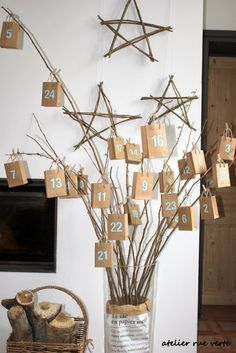 Advent Calendar - brown paper bags / boxes hanging from cut branches Christmas Countdown, Noel Christmas, Advent Calenders, Diy Advent Calendar, Christmas In Italy, Christmas Is Coming, Navidad Diy, Ideias Diy, Diy Weihnachten