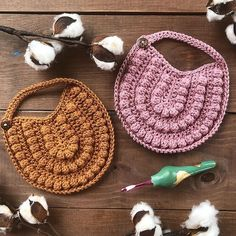 Baby Bib Crochet Pattern - We publish good gifts idea Crochet Baby Bibs, Crochet Baby Clothes, Crochet Gifts, Crochet For Kids, Baby Knitting, Diy Bebe, Bib Pattern, Baby Clothes Patterns, Modern Crochet