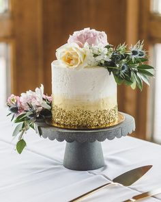 One-Tier Wedding Cake With Gold Texture