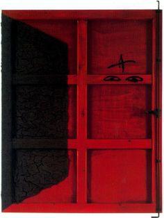 Antoni Tápies Porta Roja. 1995 Tierra, pintura y ensamblaje sobre madera. 155,6 x 114 cm. VIA MORE