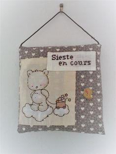 """Coussin de porte bébé,brodé main""""sieste en cours"""",lin et coton ,petit ours et son nuage. : Chambre d'enfant, de bébé par kate27"""