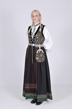 Sognebunad - Ny, sydd til dine mål Costumes Around The World, Medieval Dress, Belly Dancers, Folk Costume, Beautiful Outfits, Beautiful Clothes, Traditional Dresses, Norway, Genealogy