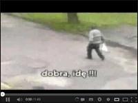 Śmieszny filmik o tym jak koleś wraca zawiany z pracy do domu albo raczej idzie gdzieś chyba dalej imprezować