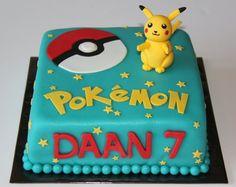 idee für birthday pokemon cake   eine torte mit einem kleinen gelben pokemon wesen pikachu mit zwei roten backen, einem großen roten pokeball, roten und gelben überschriften und gelben sternen