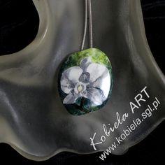 Brosza / wisiorek z mojej nowej kolekcji www.kobiela.sgl.pl Porcelana jest ręcznie malowana i wielokrotnie wypalana w bardzo wysokich temperaturach . Powierzchnia porcelany zabezpieczona jest przed porysowaniami przez pokrycie i wypalanie dodatkową warstwą szkliwa . Zapraszam Panie zainteresowane do kontaktu e-mail kobiela5@gmail.com - Bożena Kobiela.