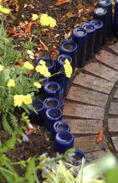 botellas de vidrio en el jardín