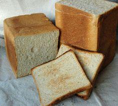 Nun folgt Dinkel-Rezept Nr. 3: Toastbrot. Dieses Rezept stellt eine echte Alternative zum Toastbrot mit dem Salz-Hefe-Verfahren dar, da die Teigruhezeiten kürzer sind und es im Ergebnis mindestens ...